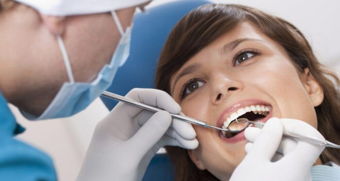 Zahnknirschen - Frau beim Zahnarzt