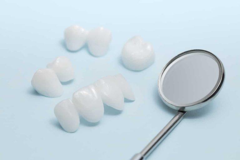 Zahnkrone - mehrere Zahnkronen und ein Spiegel